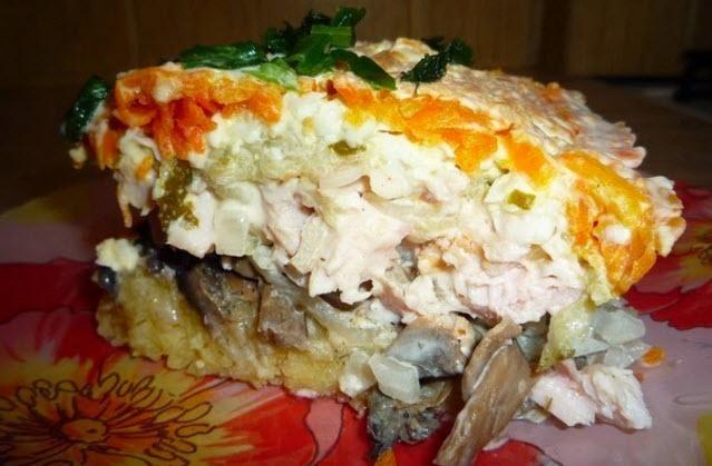 Салат с копченой курицей и грибами слоями