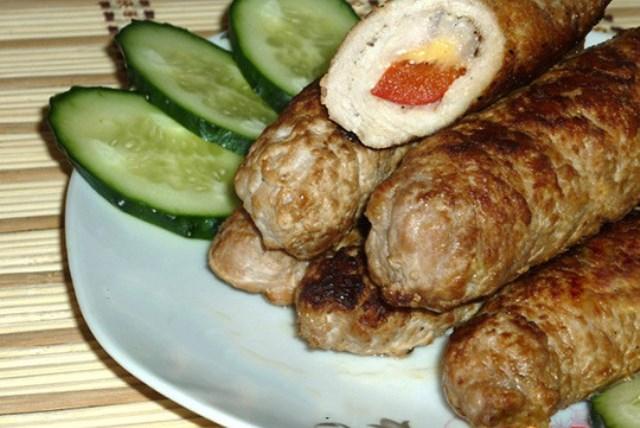 Рулетики из свинины – достойный вариант подачи мясного. Мясные рулетики — это всегда востребованная и вкусная горячая закуска.