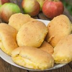 Сочники с яблоком прижилсяись в нашей семье. Готовлю на все праздники. Попробуйте - не пожалеете.