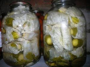 Огурцы в капустных листьях фото