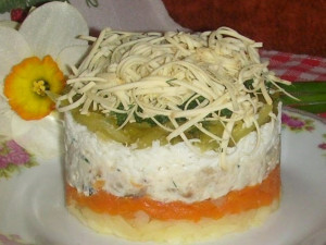 Салат из копченной рыбки с колбасным сыром